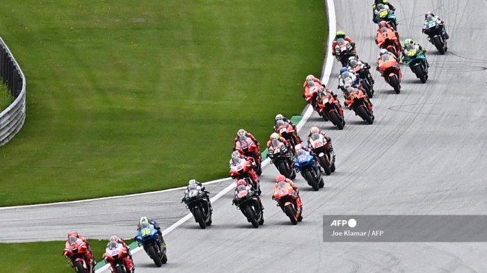 Pembalap Ducati-Pramac Spanyol Jorge Martin (kedua dari kiri) berlomba untuk balapan pertama dengan sepeda motornya selama Grand Prix Sepeda Motor Styrian di trek balap Red Bull Ring di Spielberg, Austria pada 8 Agustus 2021.