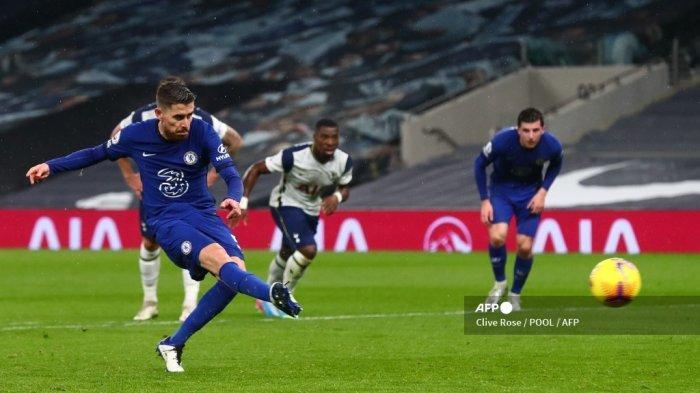 Gelandang Chelsea Italia Jorginho mencetak gol pembuka dari titik penalti selama pertandingan sepak bola Liga Premier Inggris antara Tottenham Hotspur dan Chelsea di Tottenham Hotspur Stadium di London, pada 4 Februari 2021. Clive Rose / POOL / AFP