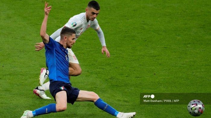 Gelandang Italia Jorginho (Depan) berebut bola dengan pemain depan Spanyol Pedri selama pertandingan sepak bola semifinal UEFA EURO 2020 antara Italia dan Spanyol di Stadion Wembley di London pada 6 Juli 2021.