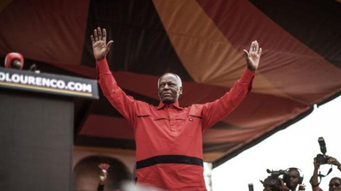 Bagaimana Bisa Anak Seorang Tukang Batu Bertahan Jadi Presiden Angola Selama 38 Tahun?