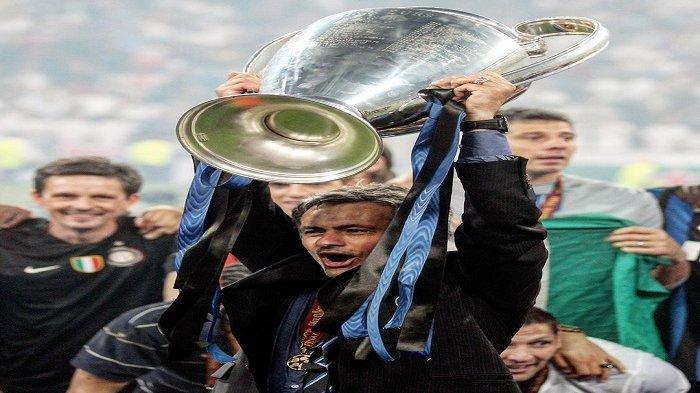 Jose Mourinho ketika mengangkat trofi Liga Champions bersama Inter Milan