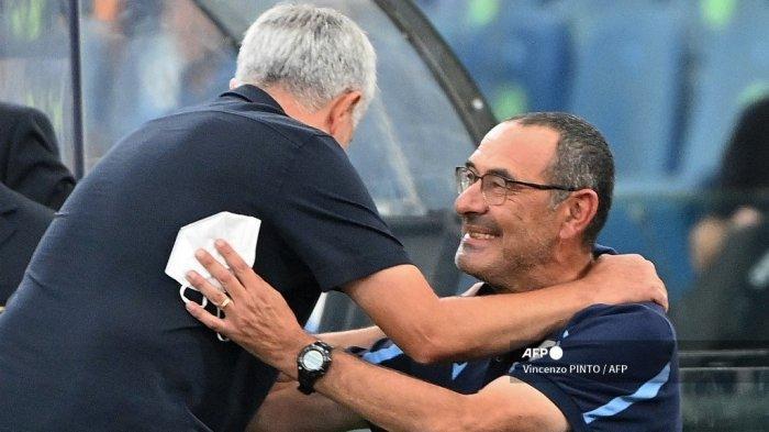 Pelatih AS Roma asal Portugal Jose Mourinho (kiri) memeluk pelatih Lazio asal Italia Maurizio Sarri sebelum pertandingan sepak bola Serie A Italia Lazio vs AS Roma di stadion Olimpiade di Roma pada 26 September 2021.