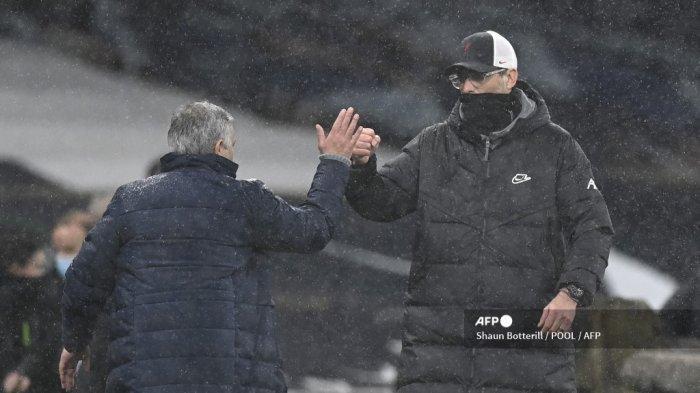 Pelatih kepala Portugis Tottenham Hotspur Jose Mourinho (kiri) menyapa manajer Liverpool Jerman Jurgen Klopp (kanan) pada akhir pertandingan sepak bola Liga Premier Inggris antara Tottenham Hotspur dan Liverpool di Tottenham Hotspur Stadium di London, pada 28 Januari 2021. Shaun Botterill / POOL / AFP