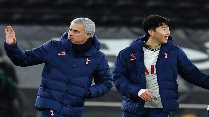 Pelatih kepala Tottenham Hotspur Portugis Jose Mourinho (kiri) dan striker Tottenham Hotspur Korea Selatan Son Heung-Min bereaksi saat peluit akhir pertandingan sepak bola leg pertama semifinal Piala Liga Inggris antara Tottenham Hotspur dan Brentford di Tottenham Hotspur Stadium di London, pada Januari 5, 2021.