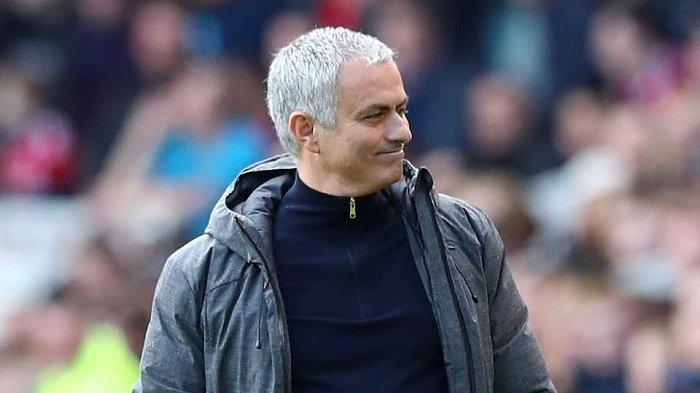 Gaya Jose Mourinho berselebrasi dengan kepalan kedua tangannya saat mengetahui Antonio Valencia merobek jala gawang Victor Valdes, Minggu (19/3/2017).