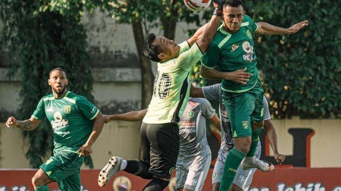 Striker asing Persebaya, Jose Wilkson berduel dengan kiper HWFC di Lapangan Polda Jatim, Selasa (22/6/2021)