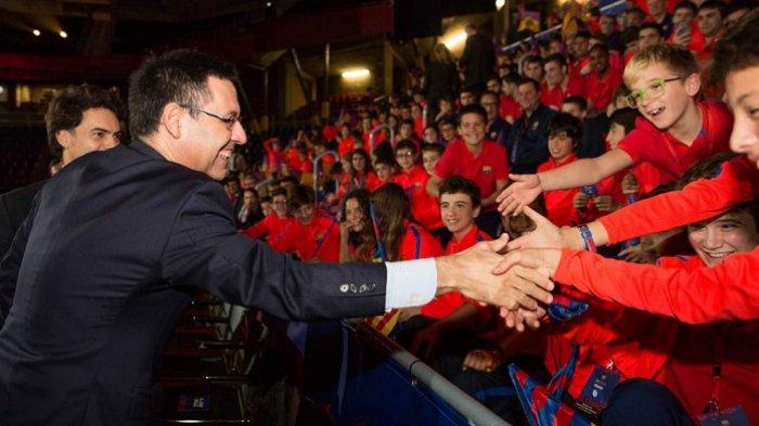 Josep Bartomeu saat bersama dengan para penggemar Barcelona bulan November tahun lalu.