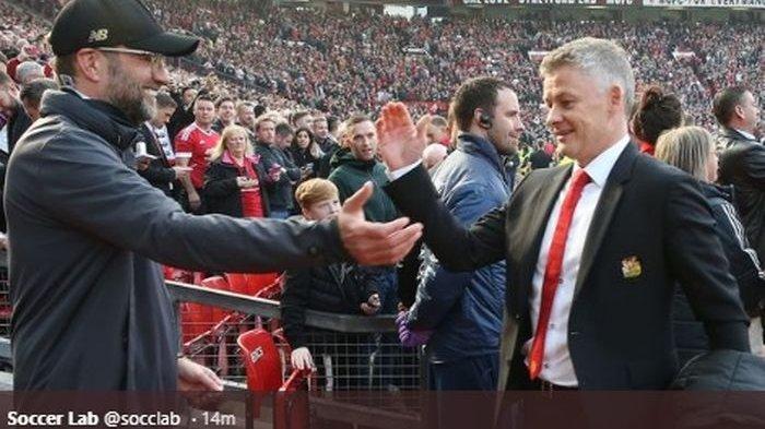 Juergen Klopp dan Ole Gunnar Solskjaer saling berbagi sapaan seusai pertandingan Man United vs Liverpool di Old Trafford.