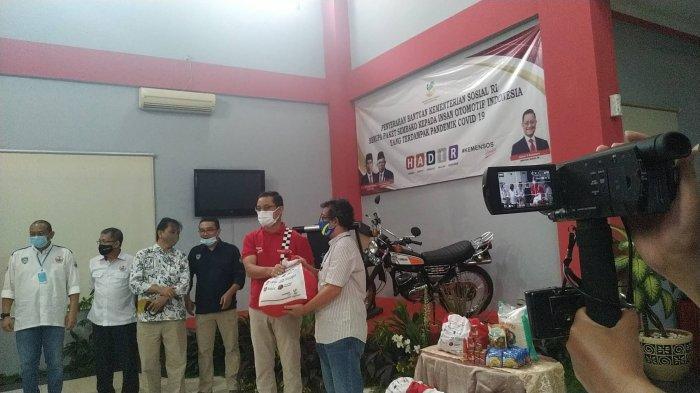 Kemensos Berikan 1.600 Paket Bansos kepada Insan Otomotif di DKI