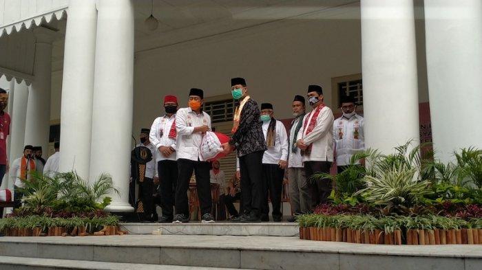 Menteri Sosial Serahkan 5.000 Paket Sembako ke Bamus Betawi