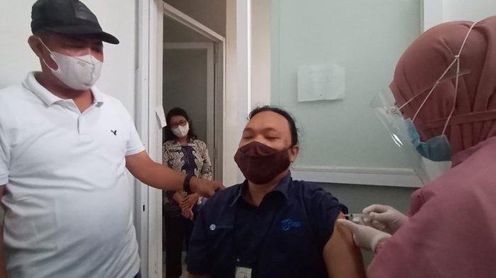 Bupati Karanganyar, Juliyatmono (kiri) saat meninjau vaksinasi wartawan Tribun Network di Klinik An-Nuur, Kecamatan Colomadu, Kabupaten Karanganyar, Sabtu (13/3/2021).