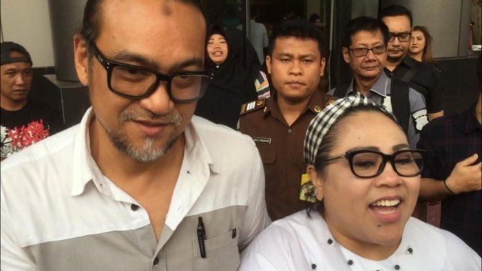 July Jan Sambiran dan Nunung saat meninggalkan Kejaksaan Negeri Jakarta Selatan, Kamis (12/9/2019).