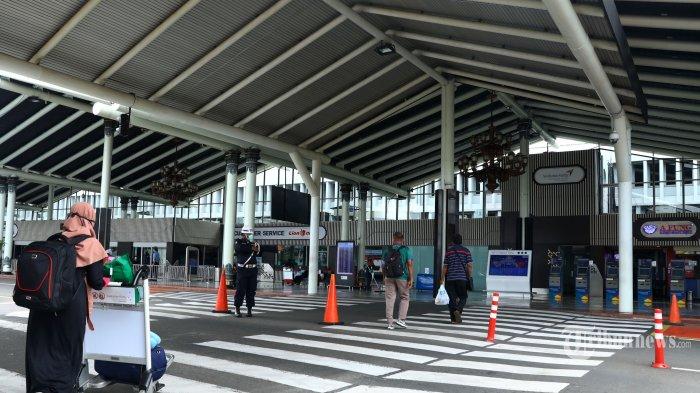 Calon penumpang menunggu jadwal penerbangan di Terminal 1 Bandara Soekarno-Hatta, Tangerang, Banten, Jumat (27/3/2020). Data PT Angkasa Pura II, sejak Minggu (22/3/2020) jumlah penumpang dan penerbangan di bandara terus mengalami penurunan karena adanya imbauan pemerintah untuk melakukan 'social distancing' dan karantina wilayah terkait mewabahnya virus COVID-19 di Indonesia. TRIBUNNEWS/IRWAN RISMAWAN