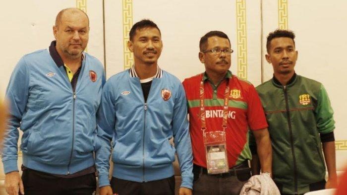 Pelatih PSM Makassar, Bojan Hodak (kiri), Pemain PSM, Zulkifli Syukur (kiri kedua), Pelatih Lalenok United Yance Matmey, dan Pemain Lalenok Rogino Gama, saat sesi press conference, Selasa (21/12020) jelang babak playoff Piala AFC Cup 2020.