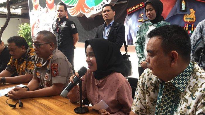 Medina Zein dihadirkan dalam jumpa pers di Polda Metro Jaya, Jumat (3/1/2020).  Dalam jumpa pers itu, Medina meminta maaf kepada keluarga dan followers atau pengikutnya di Instagram.