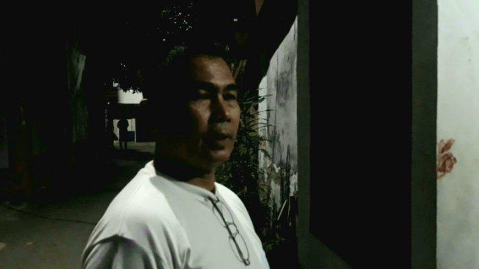 Junaidi sang pemilik warung yang tidak mau diutangi rokok oleh anak Elvy Sukaesih, Haidar di Kramat Jati, Jakarta Timur, Kamis (12/9/2019). (TRIBUNJAKARTA.COM/BIMA PUTRA)