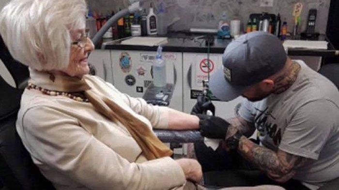 Di Usia 82 Tahun Nenek Ini Putuskan Bikin Tato, Alasannya Bikin Haru
