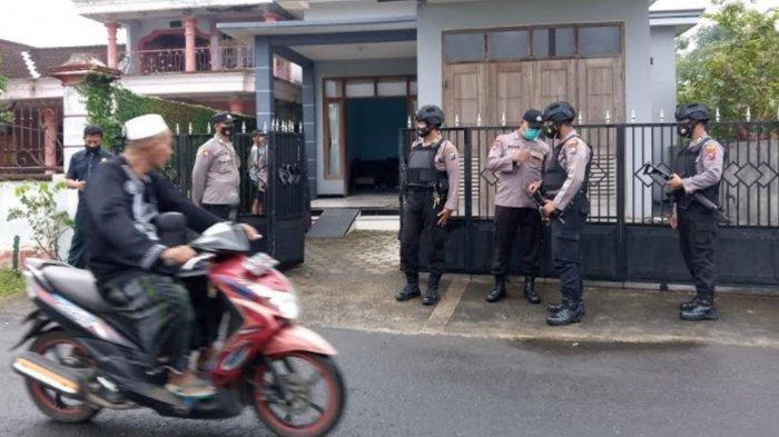 Polisi berjaga di TKP penangkapan seseorang terduga teroris di Tulungagung oleh Densus 88.