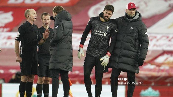 Manajer Liverpool Jerman Jurgen Klopp (kanan) bereaksi dengan kiper Brasil Liverpool Alisson Becker (2R) pada akhir pertandingan sepak bola Liga Utama Inggris antara Liverpool dan Burnley di Anfield di Liverpool, barat laut Inggris pada 21 Januari 2021. Jon Super / POOL / AFP