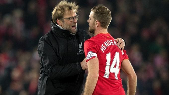 Manajer Liverpool, Jurgen Klopp memeluk kapten tim, Jordan Henderson.
