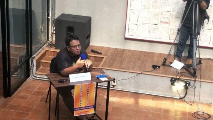Jurnalis sekaligus aktivis HAM Dandhy Laksono dalam sebuah acara debat dengan politisi PDI-P Budiman Sudjatmiko di auditorium Visinema, Jakarta Selatan, Sabtu (21/9/2019)