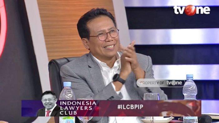 Juru Bicara Presiden RI, Fadjroel Rachman memberikan tepuk tangan untuk Sujiwo Tejo (Tangkap layar channel YouTube Indonesia Lawyers Club)