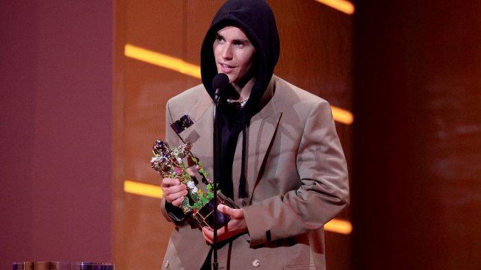 Justin Bieber menerima penghargaan Artis Tahun Ini di atas panggung MTV Video Music Awards 2021 di Barclays Center pada 12 September 2021 di wilayah Brooklyn, New York City.