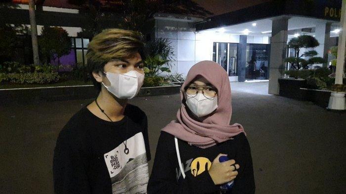 Juy Putri didampingi pengacara mendatangi Polres Metro Bekasi Kota, Kamis (27/7/2021).