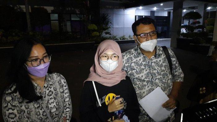 Juy Putri bersama dengan pengacaranya saat mendatangi Polres Metro Bekasi Kota, Kamis (27/7/2021).