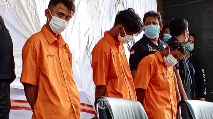 Kabid Humas Polda Metro Jaya, Kombes Pol Yusri Yunus  bersama Direktorat Reserse Kriminal Umum Polda Metro Jaya, mengelar tersangka pembunuhan paranormal di Polda Metrojaya,  Jakarta Selatan, Selasa, (28/2021).