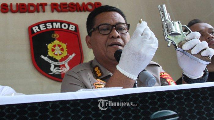 TINDAKAN TEGAS- Kabid Humas Polda Metro Jaya Kombes Argo Yuwono menunjukan  barang bukti pistol rakitan yang  dipakai oleh pelaku pencurian motor di Polda Metrojaya, Jalan Sudirman, Jakarta Selatan, Kamis(4/7/2019). Tim Subdit Resmob Ditreskrimum Polda Metro Jaya melakukan tindakan tegas dengan menembak pelaku hingga  satu  tewas dan  satu orang  di tembak dipantat dalam DPO  bagi pelaku pencuri motor yang beraksi di kawasan Bogor, Depok dan Bekasi.- Warta Kota/henry lopulalan