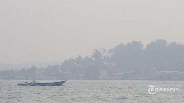 Pemandangan Kota Balikpapan yang tertutup kabut asap terlihat dari perairan Teluk Balikpapan, Kalimantan Timur, Selasa (17/9/2019). Kemunculan kabut asap di Kota Balikpapan lebih pekat terlihat pada pagi hari kemudian menghilang di siang hari. Tribun Kaltim/Fachmi Rachman