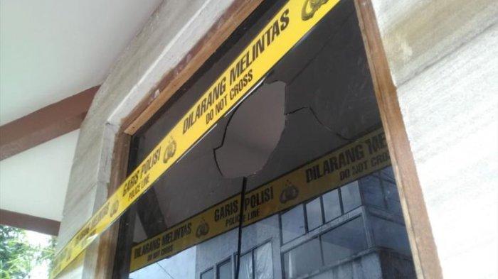 Kaca pos satpam di kediaman Menteri Susi di Pangandaran pecah setelah dirusak orang tak dikenal, Jumat (2/8/2019).(kompas.com/ Candra Nugraha)