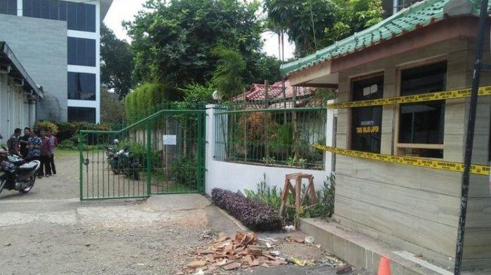 Kaca pos satpam kediaman Menteri Susi dipasangi garis polisi usai dilempari batu orang tak dikenal, Jumat dinihari (2/8/2019).