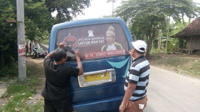Ratusan Kader DPC PDIP Demak  Copoti Stiker Jokowi Bermahkota Raja di Angkutan Umum