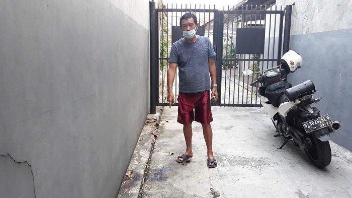 Demin Sitinjak (69) saat menunjukkan ceceran darah lokasi penembakan Anah (41) di Ciracas, Jakarta Timur, Jumat (26/3/2021).