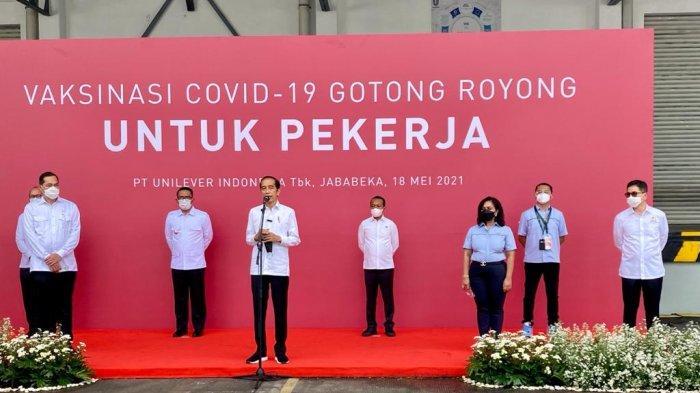 Presiden Jokowi meninjau pelaksanaan Vaksinasi Gotong Royong untuk Pekerja di Kawasan Industri Jababeka, Cikarang, Kabupaten Bekasi, Jawa Barat, Selasa (18/5/2021).