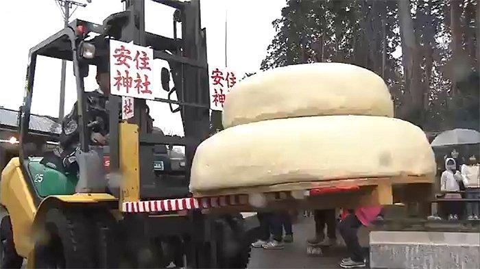 Kagami Mochi, Terbesar di Dunia Seberat 700 Kg untuk Tahun Baru yang Lebih Baik Lagi di Jepang
