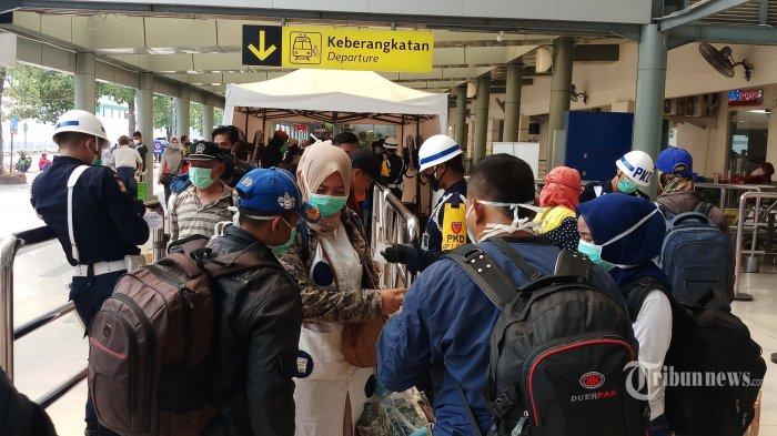 Warga antre untuk mudik menggunakan Kereta Api Brantas (Blitar-Pasar Senen) di Stasiun Pasar Senen, Jakarta Pusat, Minggu (29/3/2020). KAI Daop 1 membatalkan sejumlah 28 perjalanan kereta api jarak jauh guna membantu pencegahan penyebaran virus corona atau Covid-19. Warta Kota/Angga Bhagya Nugraha