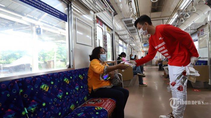 Petugas C-Ranger saat memberikan setangkai bunga kepada para pengguna KRL Commuter Line khususnya ibu-ibu dalam memepringati hari ibu yang bertajuk Perempuan Berdaya, Indonesia Maju di Stasiun Jatinegara, Jakarta Timur, Selasa (22/12/2020). Dalam moment spesial kali ini KAI Commuter memberikan bunga dan healthy kit kepada pengguna KRL sekaligus sosialisasi penerapan protokol kesehatan covid-19. Tribunnews/Jeprima