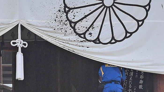 Kain Kuil Yasukuni di Tokyo Jepang dicipratkan tinta hitam oleh dua warga Tiongkok.