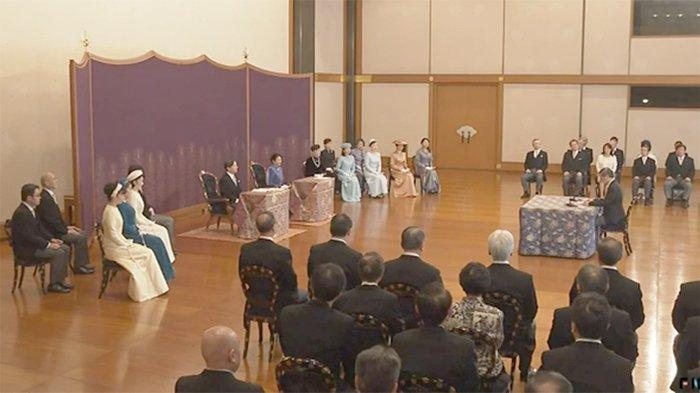 Kaisar Jepang beserta permaisuri dan keluarga kekaisaran mendengarkan ceramah ilmiah para ilmuwan terkenal Jepang.