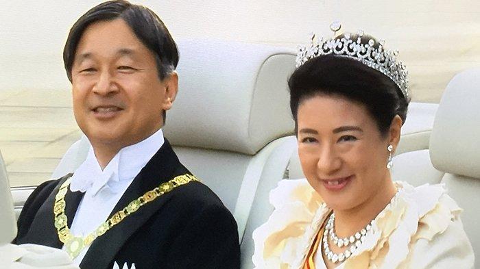 Kaisar Naruhito dan Permaisuri Masako di atas mobil parade, Minggu (10/11/2019).