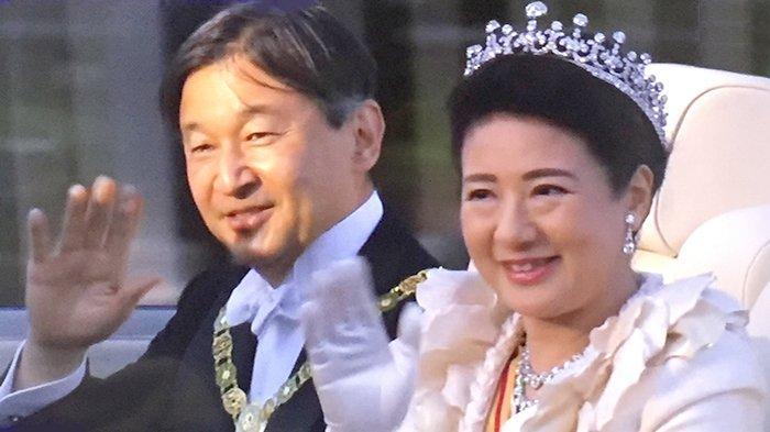 Kaisar Naruhito dan Permaisuri Masako di atas mobil parade melambaikan tangan kepada masyarakat, Minggu (10/11/2019).