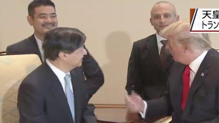 Pertemuan Kaisar Jepang Naruhoti dan Presiden AS Donald Trump yang didampingi para penerjemah.