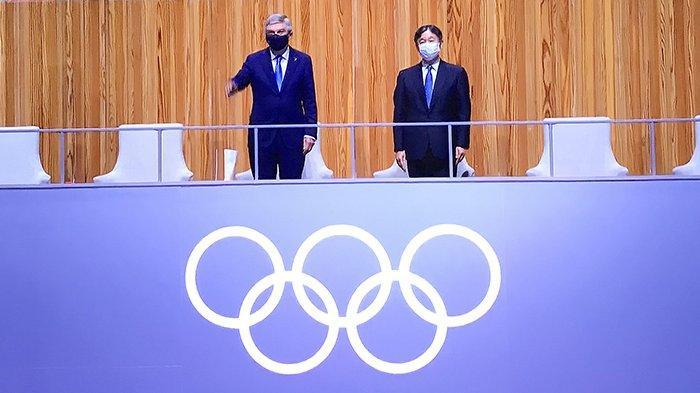 Kaisar Jepang Naruhito (kanan) dan Presiden IOC Thomas Bach (kiri) di panggung VVIP dalam pembukaan Olimpiade Tokyo 2020, Jumat (23/7/2021) malam.