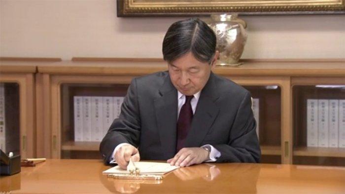 Pertama Kali Kaisar Baru Jepang Naruhito Bekerja dan Menerakan Cap Resminya