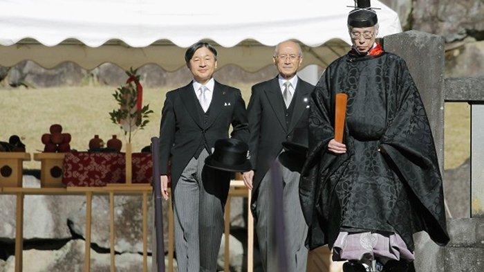 Kaisar Naruhito (kiri) didampingi pejabat tinggi badan kekaisaran Jepang dan diantar pendeta Shinto menuju pemakanan Kaisar Showadan Kaisar Taisho, Selasa  (3/12/2019).