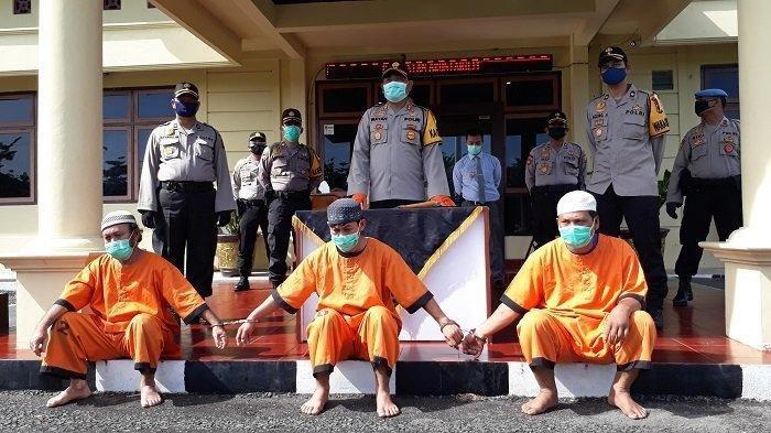Kapolres Prabumulih, AKBP I Wayan Sudarmaya SIK MH didampingi Wakapolres Kompol Agung Aditya saat menunjukan tiga pelaku kasus pembunuhan ketika rilis perkara di Mapolres Prabumulih, Selasa (26/5/2020)