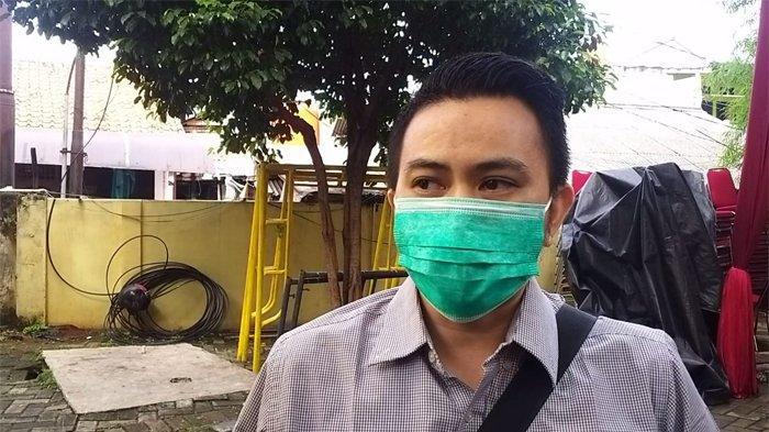 Kakak copilot Sriwijaya Air SJ 182 Diego Mamahit, Chris Mamahit, mendatangi RS Polri, Kramat Jati, Jakarta Timur (Tribunnews.com/Chaerul Umam)